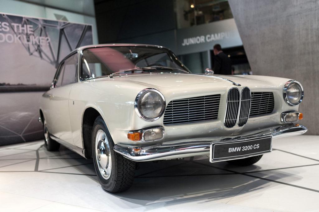 Фото ретро автомобиля марки BMW. Музей истории BMW. 100 лет баварской марке.