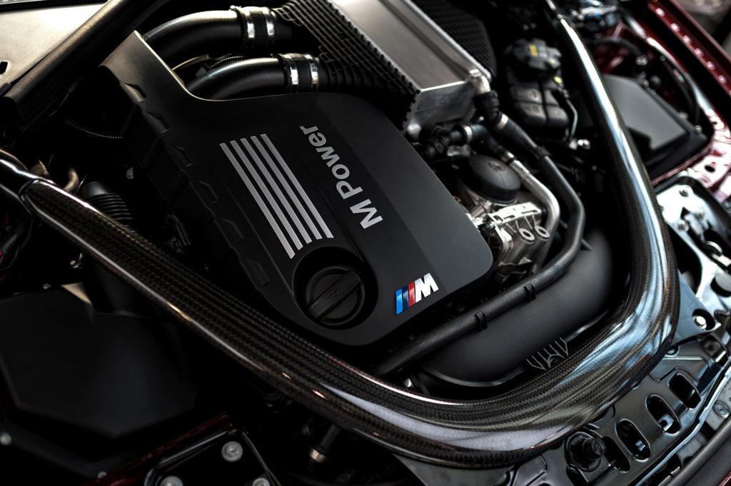 Фото двигателя автомобиля марки BMW M. Юбилей баварской марки. BMW WELT