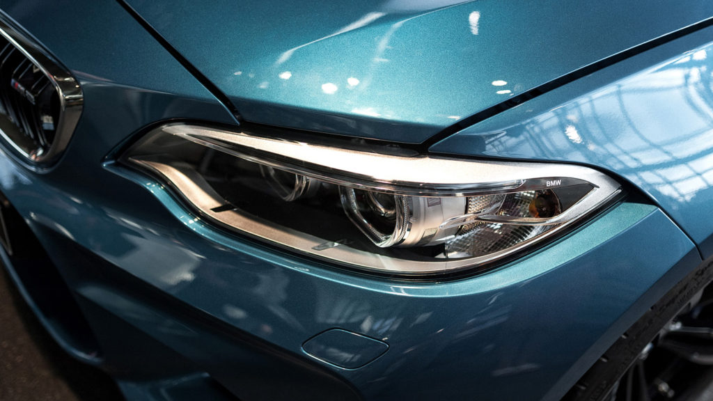 Фото передней линзы автомобиля BMW M. Юбилей баварской марки. BMW WELT