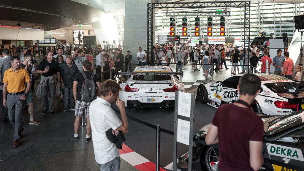 Фото людей на выставке автомобилей. Музей истории BMW. 100 лет баварской марке.