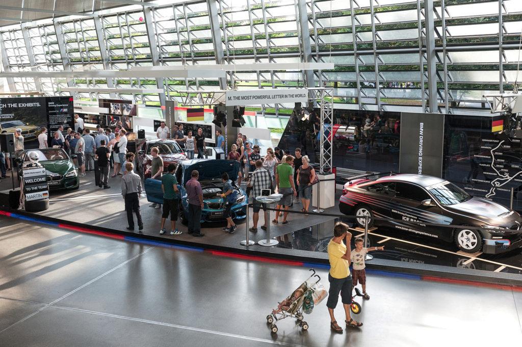 Фото людей на выставке автомобилей. Музей истории BMW. Юбилей баварской марки