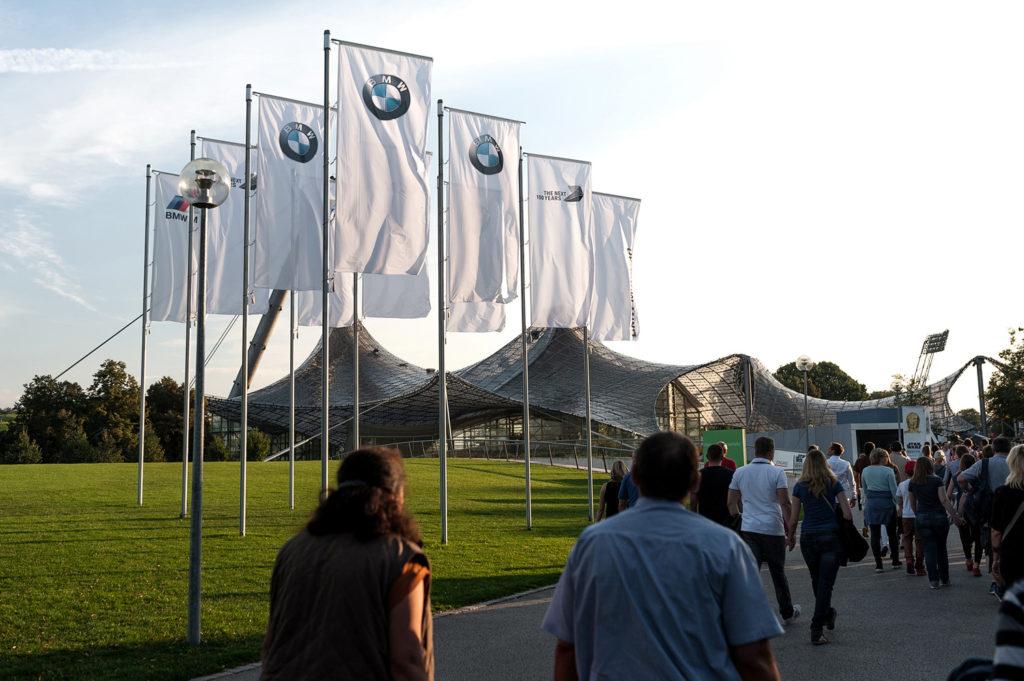 Фото логотипа BMW на площади. BMW Welt. 100 лет бренду