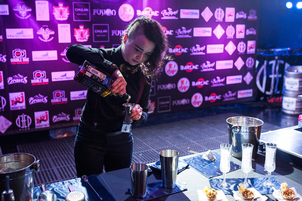 Фото участницы чемпионата барменов. Приготовление коктейля в номинации классика. Репортажная съемка