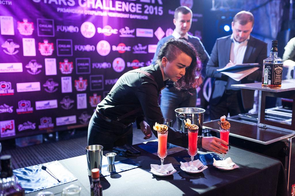 Фото участницы с приготовленными коктейлями на Чемпионате барменов в Рязани. Номинация классика