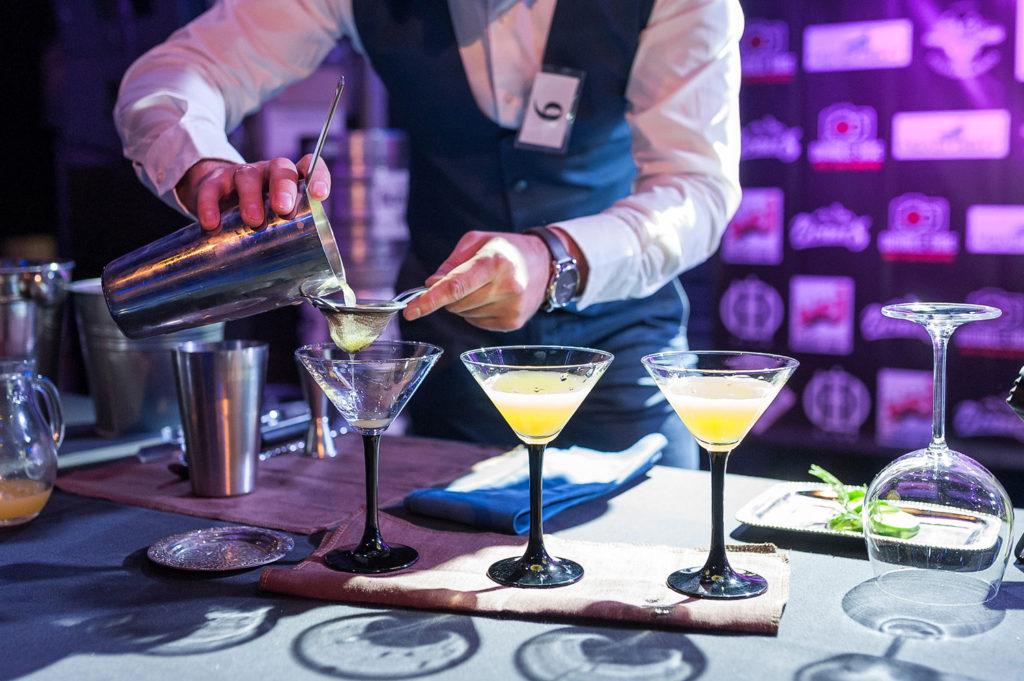 Фото приготовления коктейлей крупным планом. Репортаж чемпионата барменов в Рязани.
