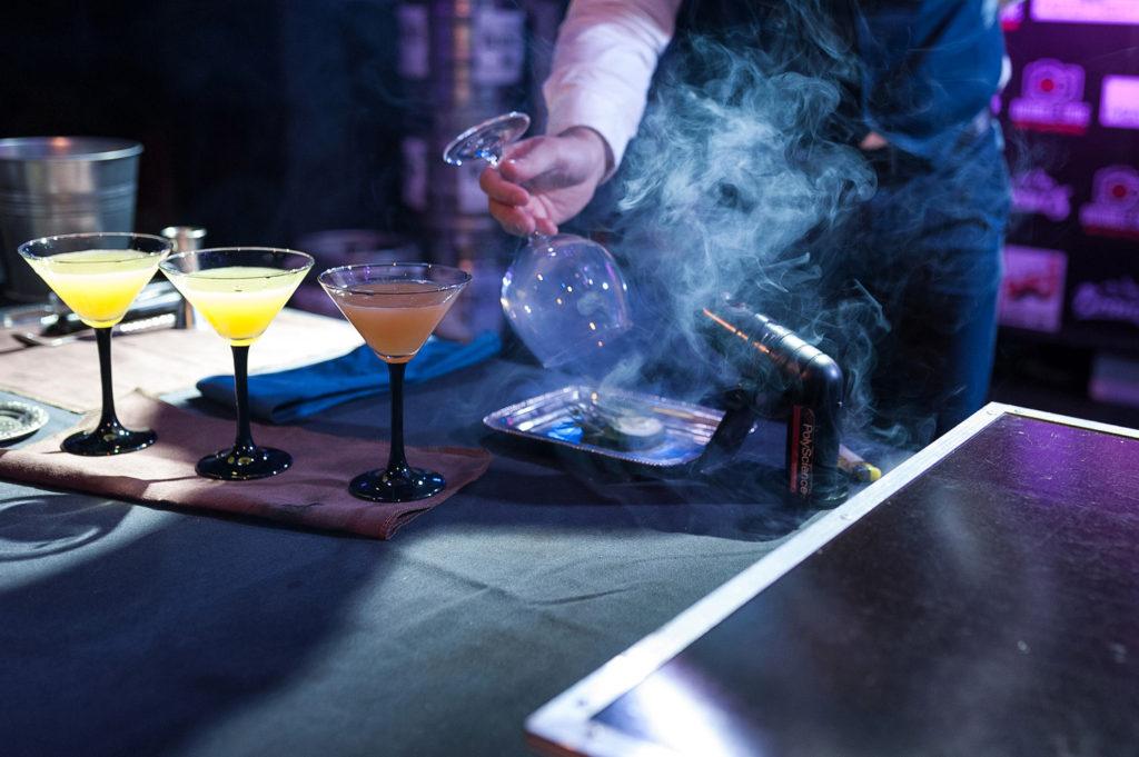 Фото подготовки элементов украшения для коктейля. Чемпионат барменов в Рязани