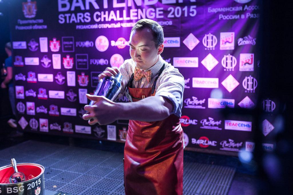 Фото участника Чемпионата барменов. Смешивание ингредиентов в шейкере. Репортажная съемка