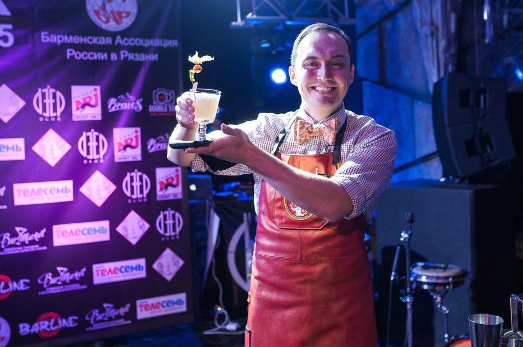 Фото участника с приготовленным коктейлем на Чемпионате барменов в Рязани. Номинация классика