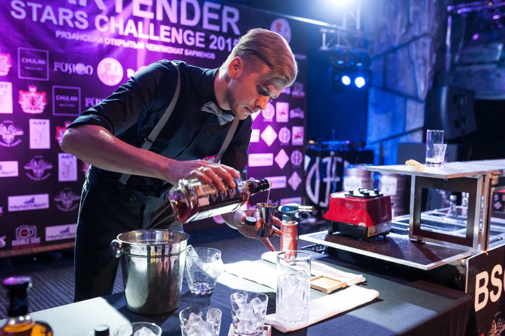 Фото участника Чемпионата барменов. Приготовление коктейля в номинации классика. Репортажная съемка