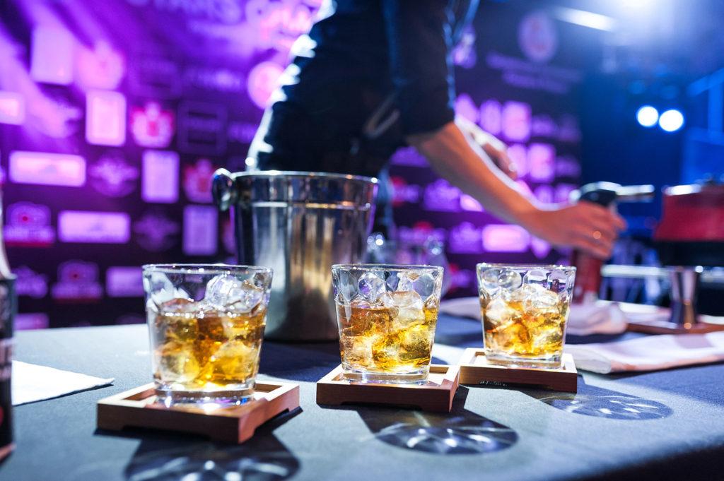 Фото готовых коктейлей крупным планом. Репортаж чемпионата барменов в Рязани.