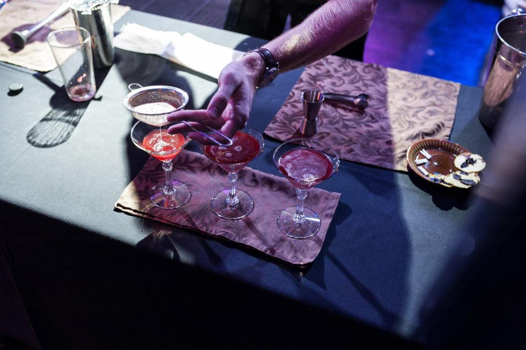 Фото наполнения бокала приготовленным коктейлем. Чемпионат барменов в Рязани.