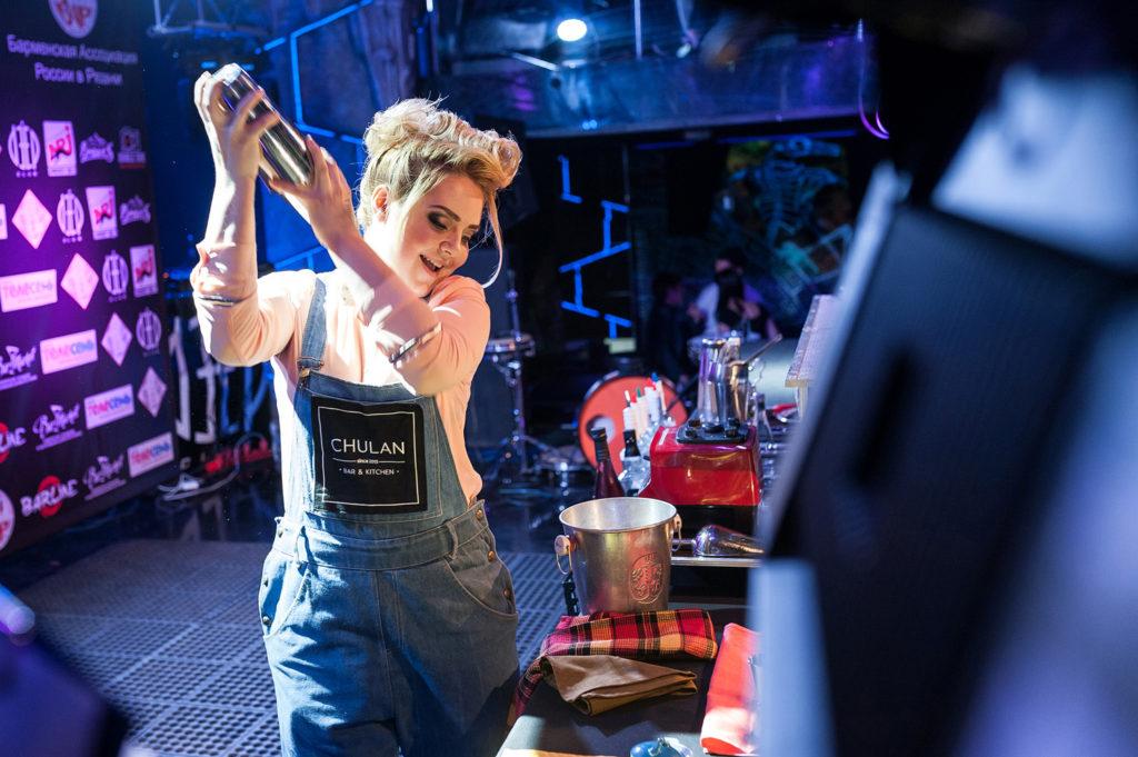 Фото участницы Чемпионата барменов. Смешивание ингредиентов в шейкере. Репортажная съемка