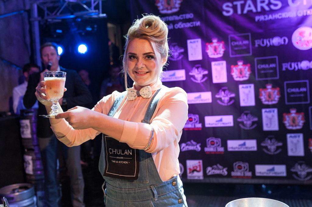 Фото участницы с приготовленным коктейлем на Чемпионате барменов в Рязани. Номинация классика
