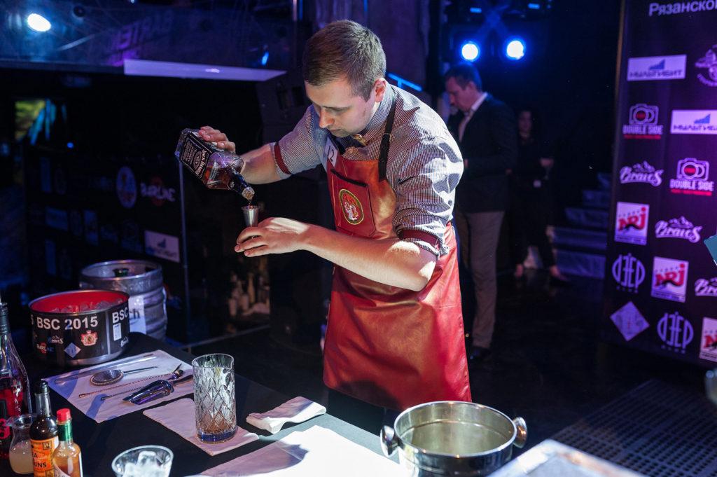 Фото участника Чемпионата барменов. Приготовление коктейля в номинации классика. Репортажная съемка в Рязани