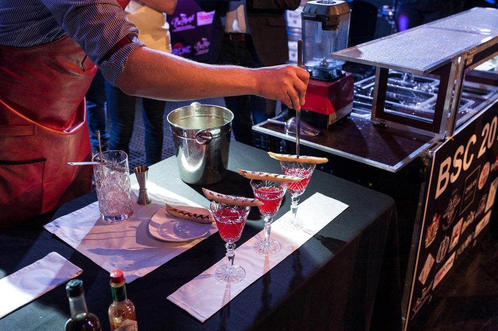 Фото участника Чемпионата барменов в Рязани. Украшение коктейля
