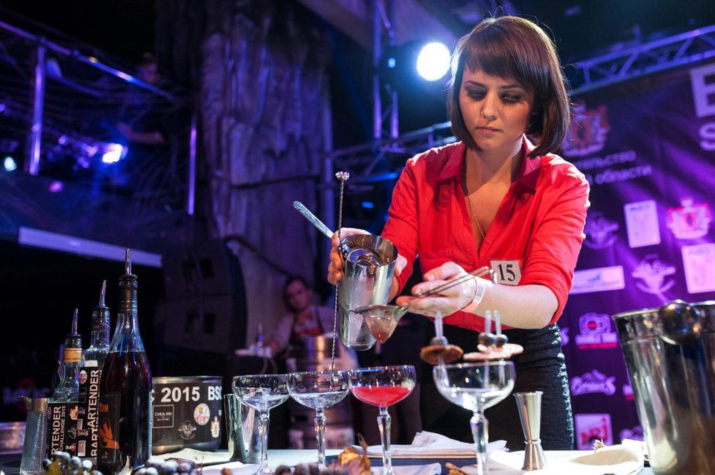 Фото участницы. Наполняет бокал приготовленным коктейлем. Чемпионата барменов в Рязани.