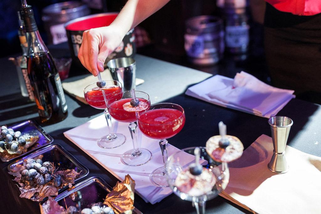 Фото участницы Чемпионата барменов в Рязани. Украшение коктейля