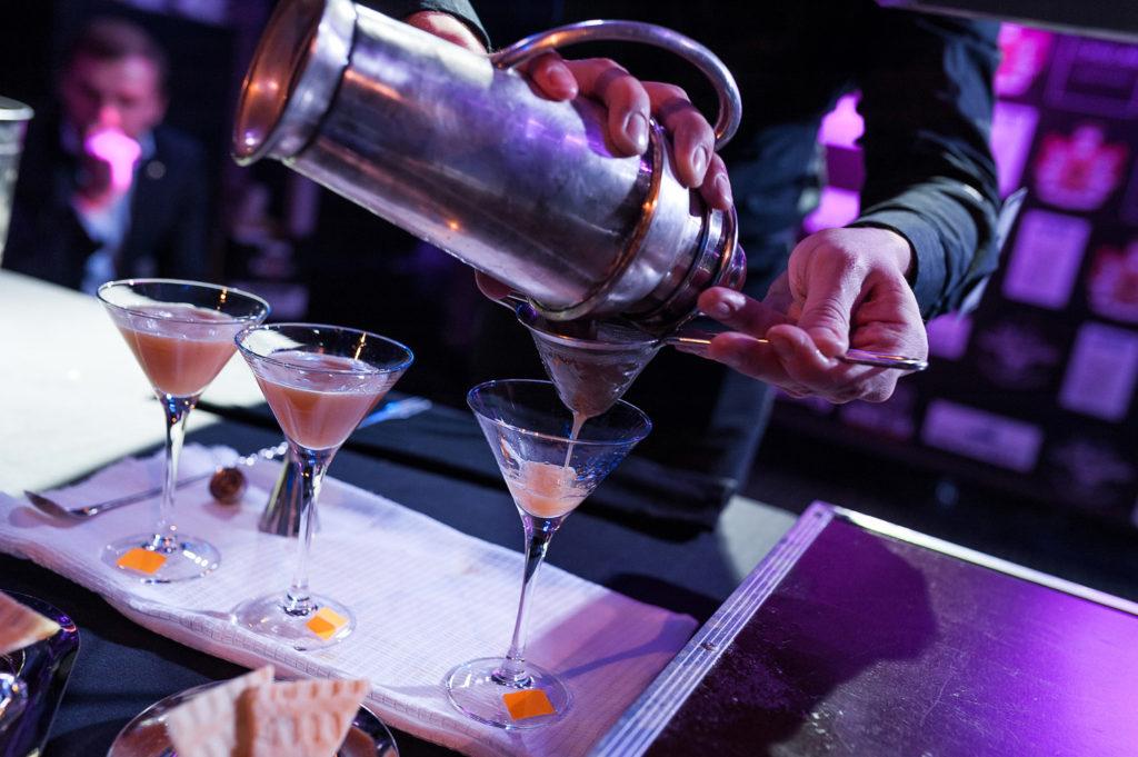 Фото наполнения бокала приготовленным коктейлем. Bartender Stars Challenge