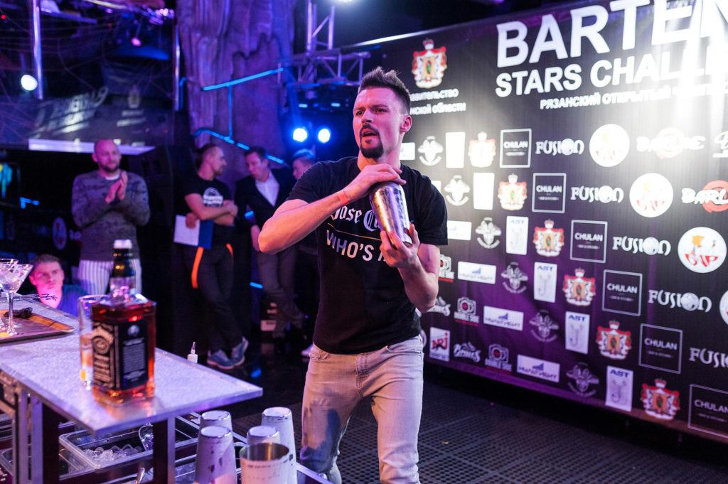 Изображение бармена. Приготовление коктейля участником чемпионата барменов