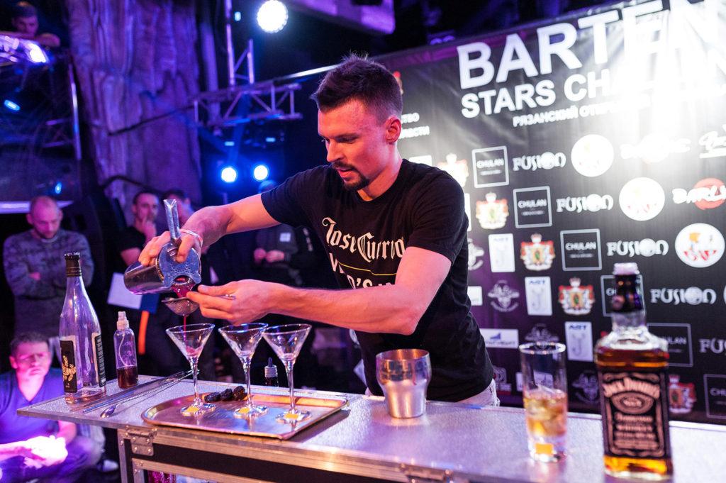 Изображение бармена. Приготовление коктейля.