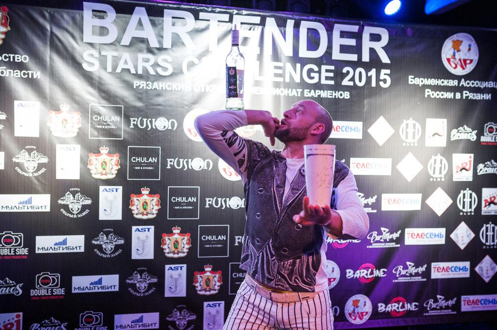 Изображение участника. Флэйринг. Бутылка на руке. Bartender Stars Challenge.
