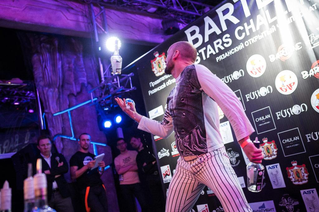 Изображение участника. Флэйринг. Приготовление коктейля. Bartender Stars Challenge.