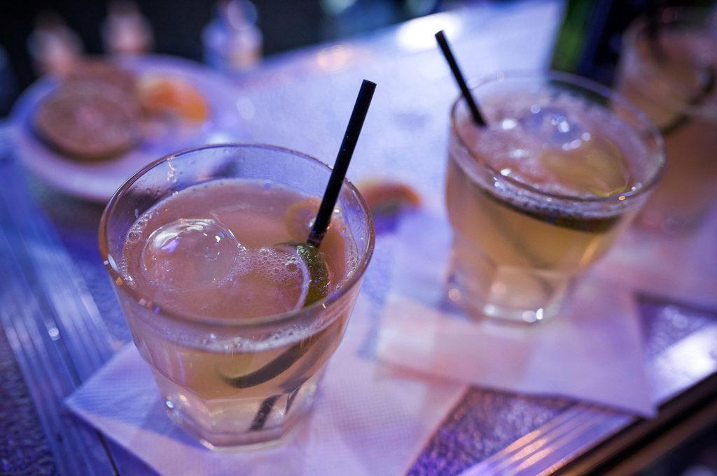 Изображение приготовленных коктейлей. Флэйринг. Bartender Stars Challenge.