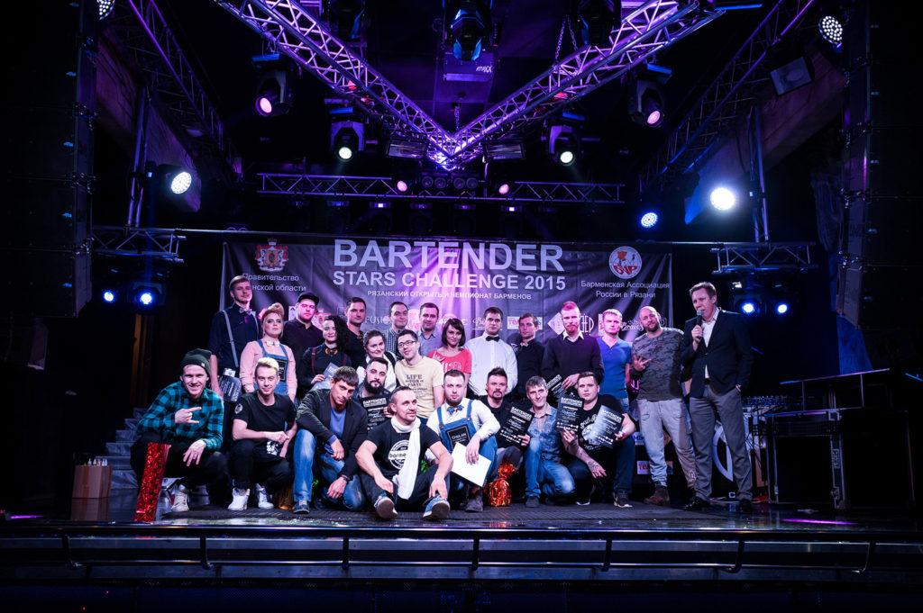 Изображение участников чемпионтата барменов. Общая фотография.
