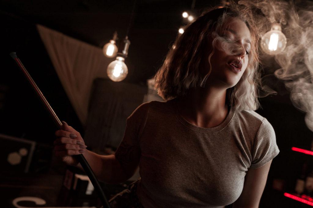 Девушка с кальяном. На барной стойке. Фотосъемка в Рязани