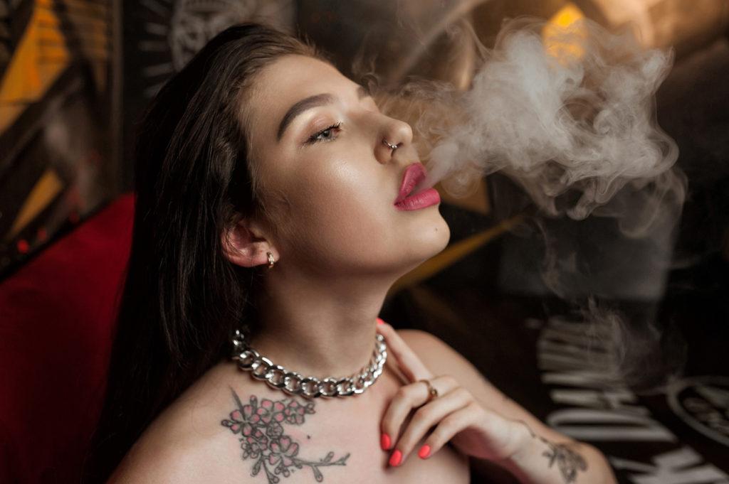 Девушка выдыхает дым. Губы крупным планом. Фотограф Евгений Васко