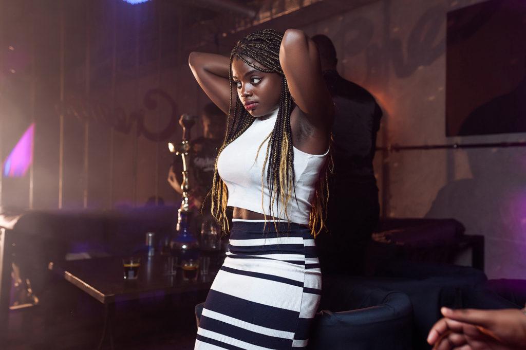 Афроамериканка в ночном клубе. Горячий шоколад. Съемка вечеринки