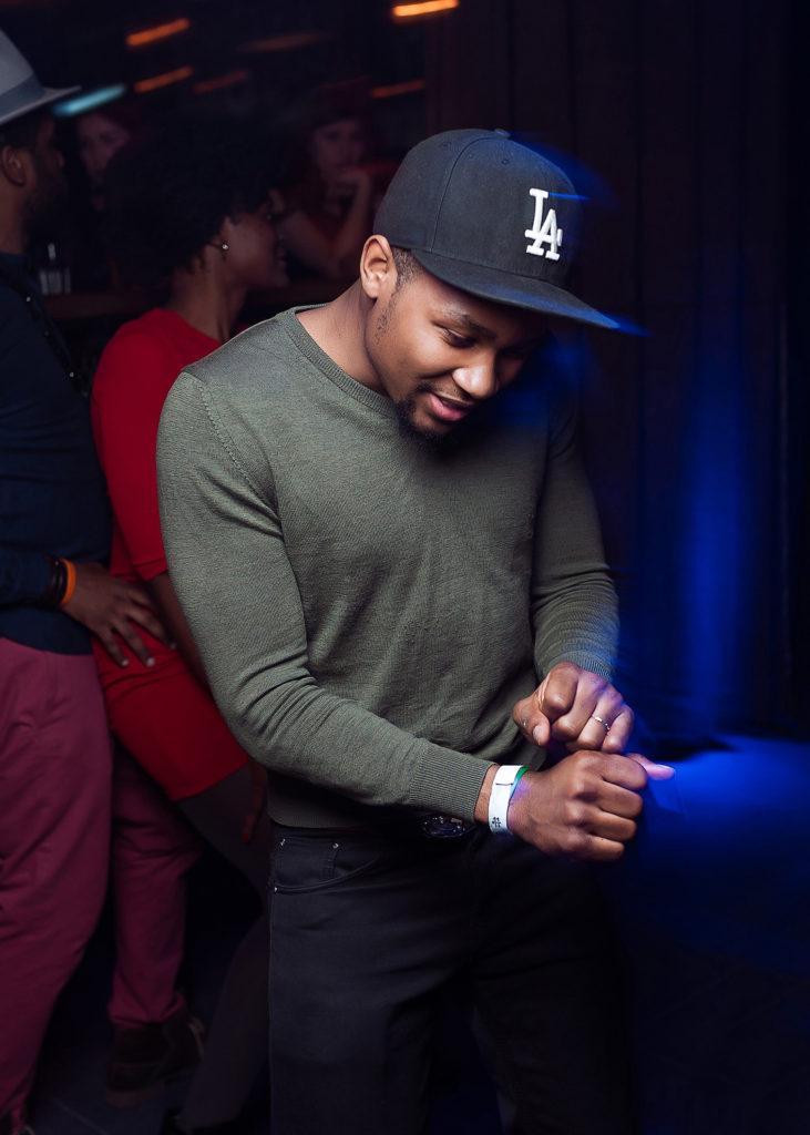 Афроамериканский парень на танцполе. Фото в ночном клубе