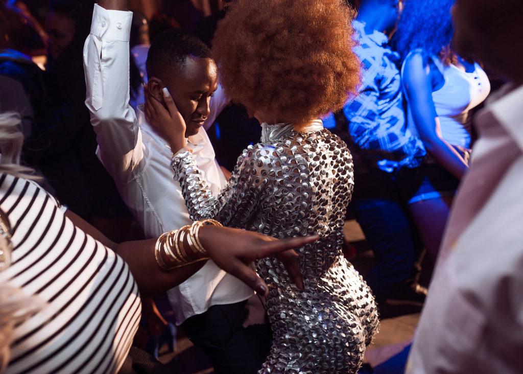 Фото в ночном клубе. Афроамериканская девушка на танцполе. Фотограф Евгений Васко