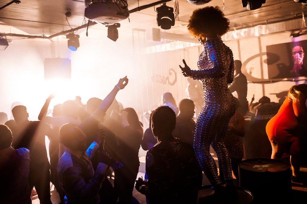Атмосфера на танцполе. Афроамериканская девушка. Фотограф Евгений Васко