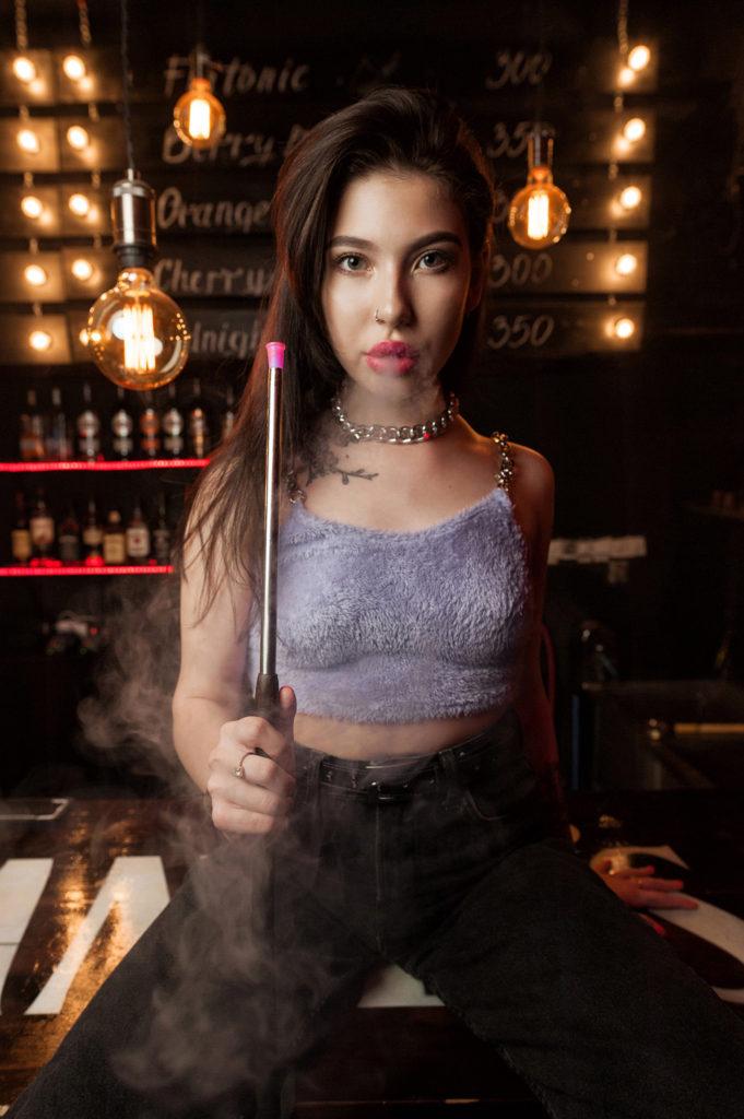 Девушка с кальяном. Девушка курит кальян на барной стойке. Фотограф Евгений Васко