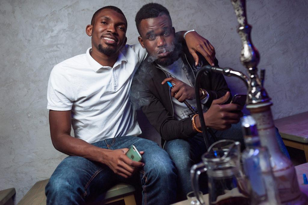 Афроамериканцы с кальяном. Вечеринка в ночном клубе Рязани