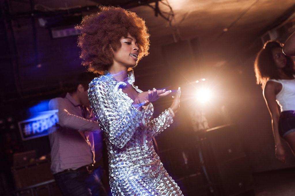 Афроамериканская девушка на танцполе. Фотосъемка вечеринки. Фотограф Евгений Васко