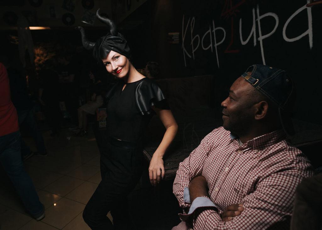 Фото девушки в образе Малефисенты. Хэллоуин в ночном клубе Рязани. Съемка со вспышкой