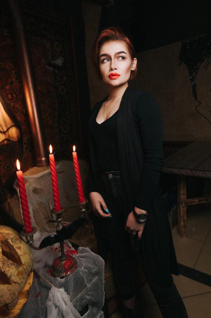 Фото девушки с вечеринки. Хэллоуин в ночном клубе. Страшно красивая