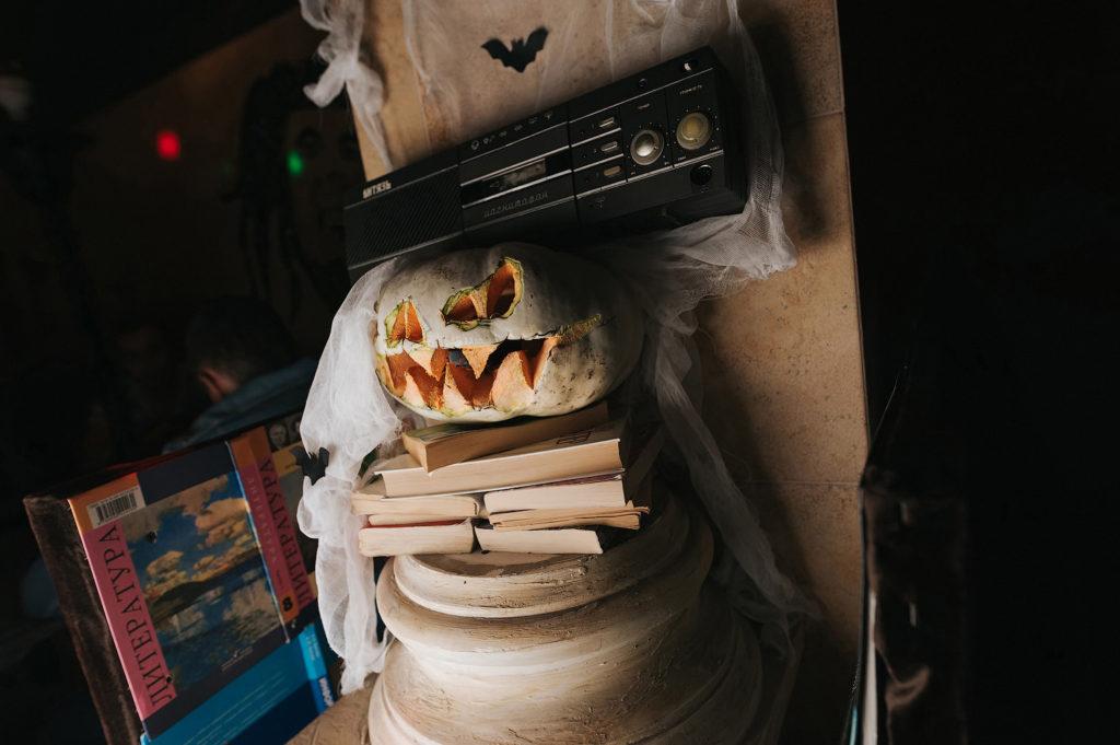 Фото декоративного оформления вечеринки. Магнитофон и тыква на Хэллоуин