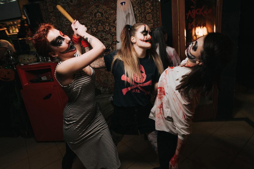 Фото постановка. Страшная разборка девочек на танцполе. Ночь хэллоуина