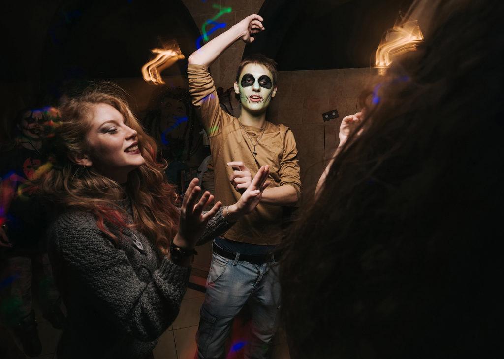 Фото движения на танцполе. Грим на хэллоуин. Фризлайт