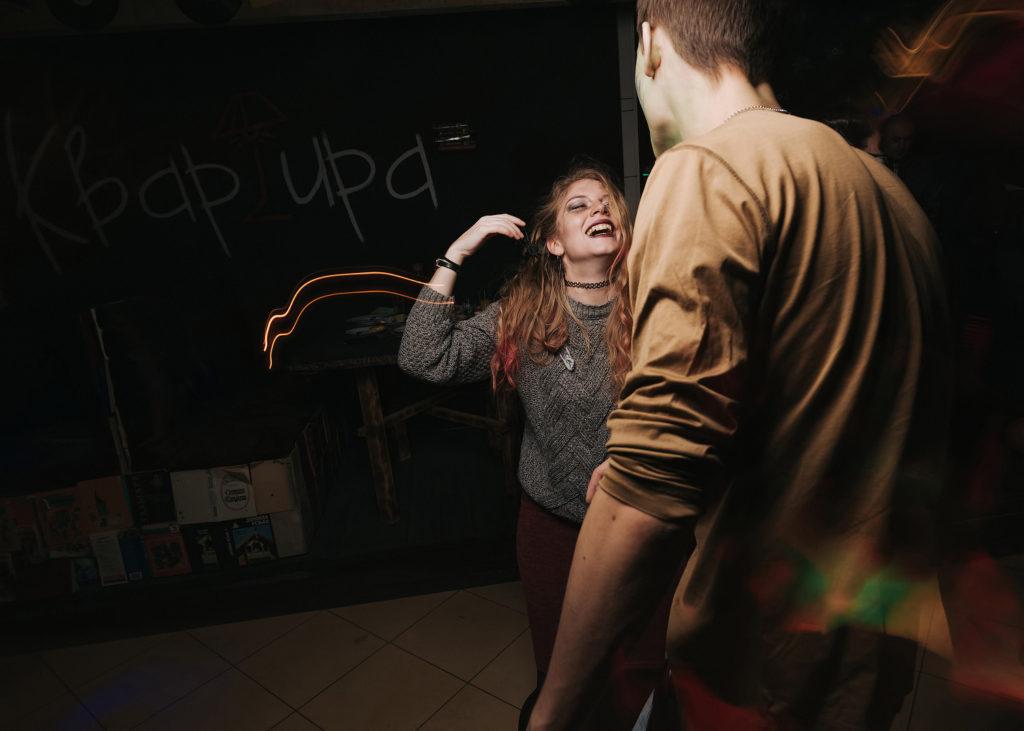 Фото движения на танцполе. Грим на хэллоуин. Радость и веселье
