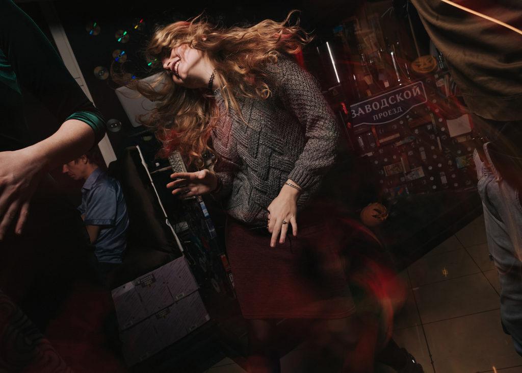 Фото танцующей девушки. Волосы взлетели. Веселая вечеринка