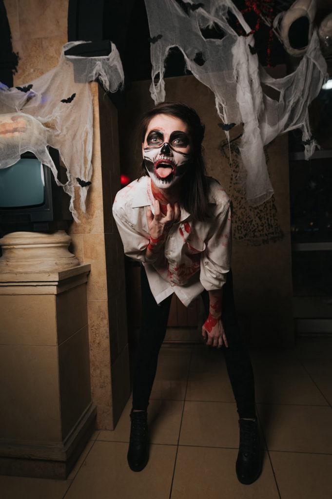 Фото в ночном клубе. Девушка показывает язык. Хэллоуин в Рязани