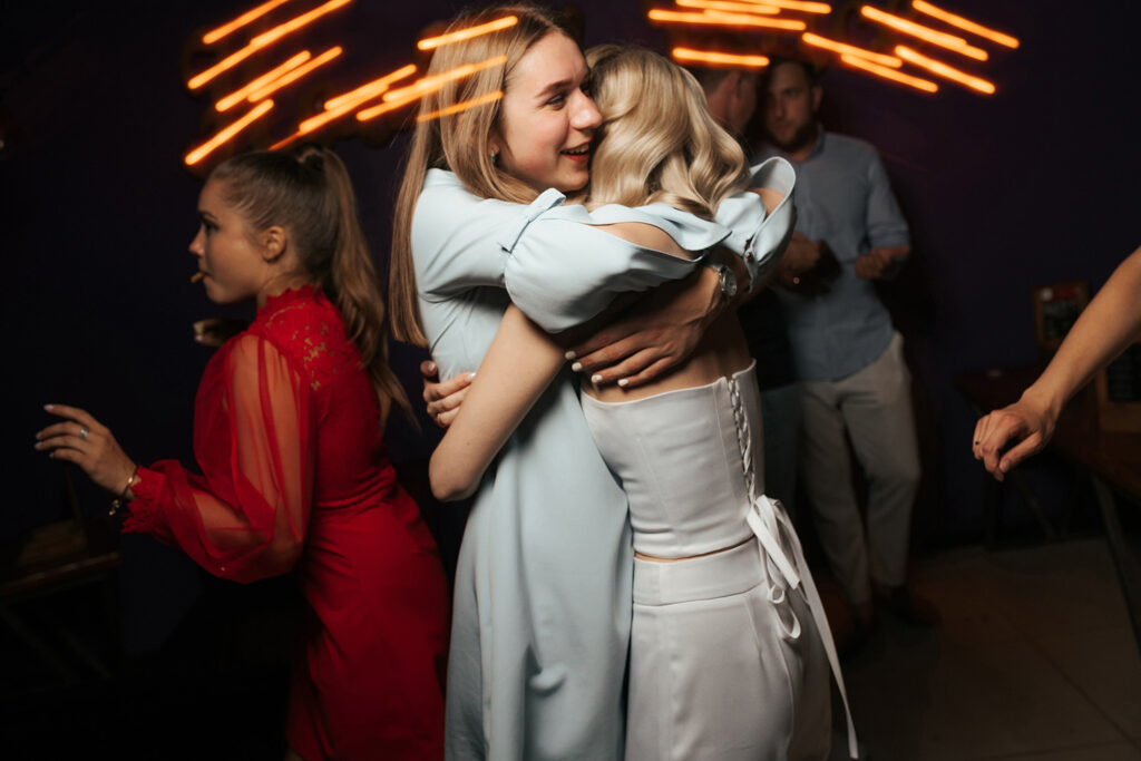 Свадебный вечер. Невеста обнимается с подружкой. Фотограф Евгений Васко