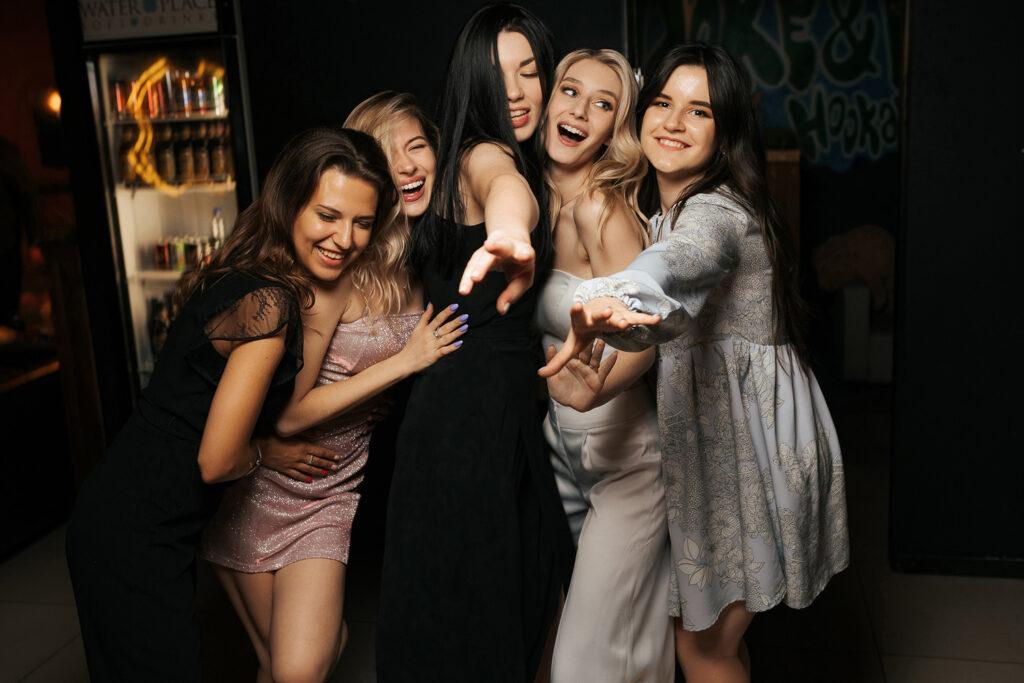 Невеста с подружками на танцполе. Фотограф Евгений Васко