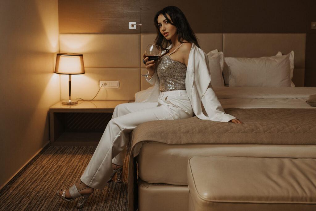 Сексуальная девица на кровати. Фотограф Евгений Васко. ТФП