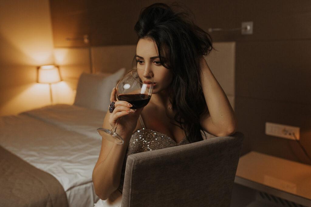 Сексуальная девица в отеле пьет вино. Фотограф Евгений Васко. ТФП