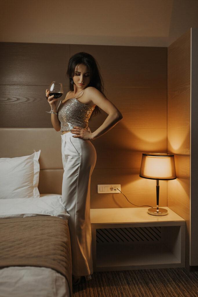 Сексуальная брюнетка в отеле с бокалом красного вина. Фотограф Евгений Васко. ТФП